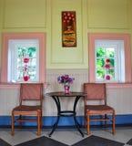 Sillas retras con el florero y la ventana Fotografía de archivo