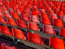Sillas rojas en el estadio imagenes de archivo