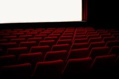 Sillas rojas en el teatro del cine fotos de archivo