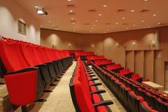 Sillas rojas en teatro Imagenes de archivo