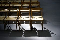 Sillas vacías de la iglesia fotografía de archivo libre de regalías