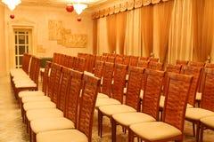 Sillas vacías en filas en la presentación en hotel Imagen de archivo