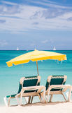 Sillas verdes debajo del paraguas amarillo en paraíso Fotos de archivo libres de regalías