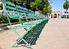 Sillas verdes en jardín público Foto de archivo libre de regalías