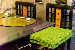 Sillas verdes en un café japonés en Kyoto, Japón Primer foto de archivo