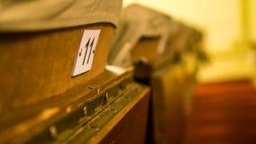 Sillas viejas del teatro con número y la pequeña tabla imágenes de archivo libres de regalías