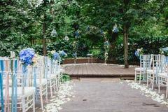 Sillas y arco de la ceremonia de boda Foto de archivo
