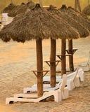Sillas y chozas de Sun en la playa de un centro turístico en México Foto de archivo libre de regalías