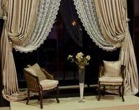 Sillas y cortinas de ventana lujosas Imagen de archivo libre de regalías