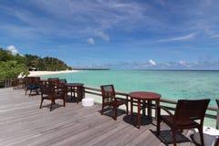Sillas y escritorio cerca de la playa, Maldives Imagen de archivo