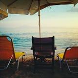 Sillas y paraguas de playa Imágenes de archivo libres de regalías