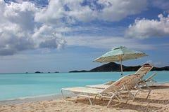 Sillas y paraguas de playa con el espacio de la copia Imágenes de archivo libres de regalías