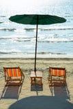 Sillas y paraguas de playa en la playa fotografía de archivo