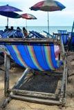 Sillas y paraguas en una playa Fotos de archivo libres de regalías