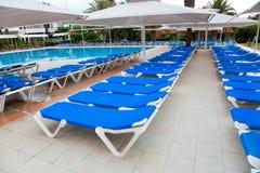 Sillas y parasoles de playa Foto de archivo libre de regalías