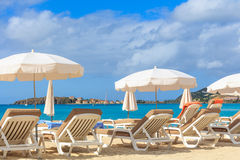 Sillas y parasoles de playa Imagen de archivo libre de regalías