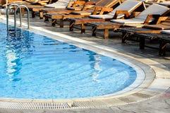 Sillas y piscina de salón Fotografía de archivo