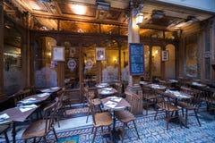 Sillas y tabla de Café París de los bistros interiores imagen de archivo libre de regalías