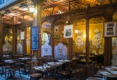 Sillas y tabla de Café París de los bistros interiores foto de archivo