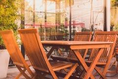 Sillas y tabla de madera al aire libre Foto de archivo libre de regalías