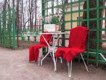 Sillas y tabla delante de la entrada a un café de la calle en th Imagen de archivo