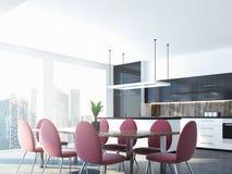 Sillas y tabla rosadas del comedor, esquina de la cocina Foto de archivo