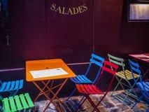 Sillas y tablas coloridas del café en la acera en Montmartre, París Foto de archivo libre de regalías