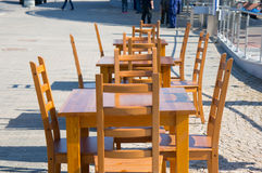 Sillas y tablas de madera Foto de archivo