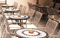 Sillas y tablas del restaurante Fotografía de archivo libre de regalías