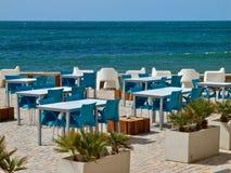 Sillas y tablas en un café de la playa foto de archivo libre de regalías