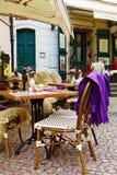 Sillas y tablas vacías en la ciudad europea vieja Fotos de archivo libres de regalías
