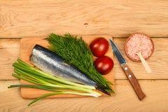 Silldubblettfilé med grönsaker på trätabellen Royaltyfri Foto