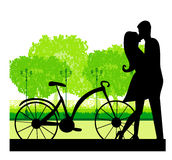 Sillhouette της γλυκιάς νέας ερωτευμένης στάσης ζευγών στο πάρκο Στοκ εικόνες με δικαίωμα ελεύθερης χρήσης