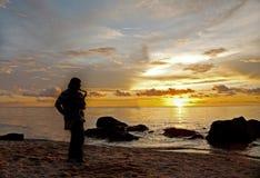 Sillhouette av en saxofonist på stranden Royaltyfri Fotografi