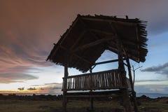 Capanna della siluetta al tramonto della spiaggia Immagini Stock Libere da Diritti