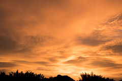 Sillhouette landskap på en solnedgång Royaltyfria Bilder