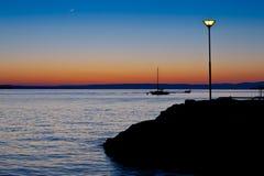 Sillhoutte della barca ad alba Fotografia Stock Libera da Diritti
