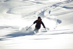 SILLIAN, - CERCA DO março de 2011 - no esquiador deixa uma trilha no sno profundo Imagem de Stock Royalty Free