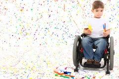 Sillón de ruedas de la pintura del niño del muchacho Fotos de archivo