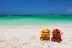 Sillones coloridos del adirondack en la playa del Caribe fotografía de archivo libre de regalías