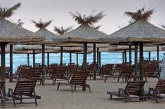 Sillones con un toldo del sol en la playa. Imágenes de archivo libres de regalías