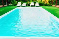 Sillones y piscina Imagen de archivo libre de regalías