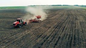 Sillons rouges de marques du véhicule pour des graines sur des terres cultivables, vue supérieure banque de vidéos
