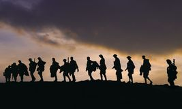 Sillouette de soldados do exército WW2 no crepúsculo fotos de stock royalty free
