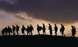 Sillouette dei soldati dell'esercito WW2 al crepuscolo fotografie stock libere da diritti