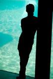 Sillouette del día joven del muchacho que sueña con el mar Imagen de archivo libre de regalías