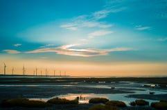 Sillouette der Windkraftanlagereihe Stockfoto