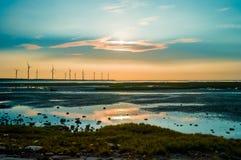 Sillouette der Windkraftanlagereihe Lizenzfreies Stockbild