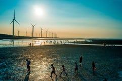 Sillouette der Windkraftanlagereihe Lizenzfreie Stockbilder