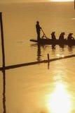 Sillouette von bemannt Auffüllen auf See Lizenzfreies Stockfoto